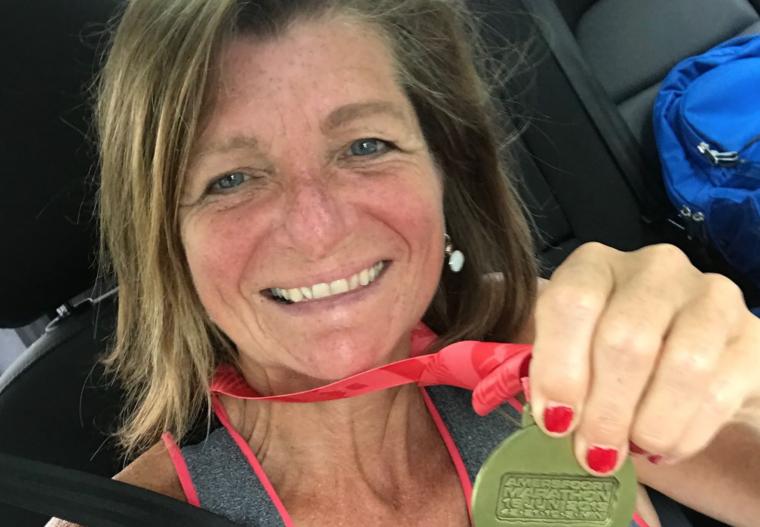 Als een kind zo blij was Sandra met deze medaille. Haar eerste officiele halve marathon uitgelopen in een mooi persoonlijk record