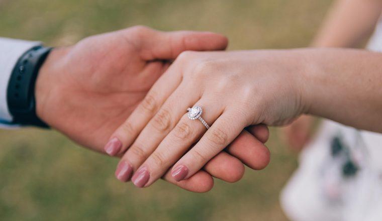 verlovingsring om welke hand